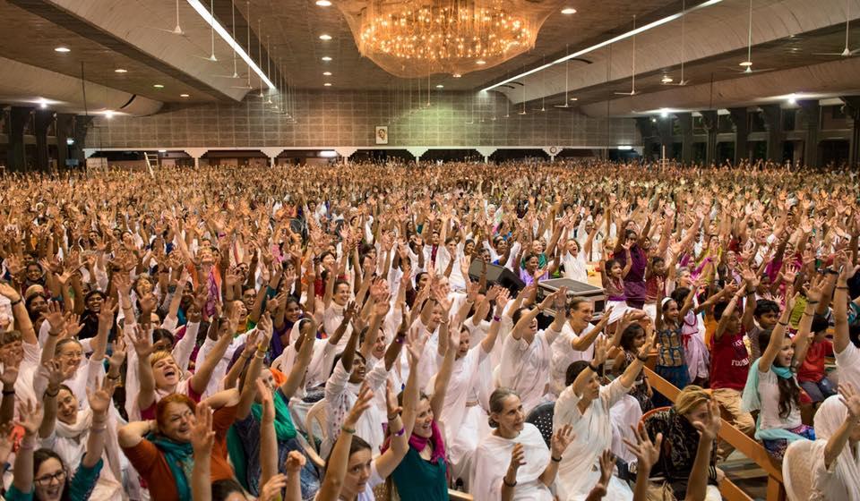 Centenas de pessoas no evento da Amma