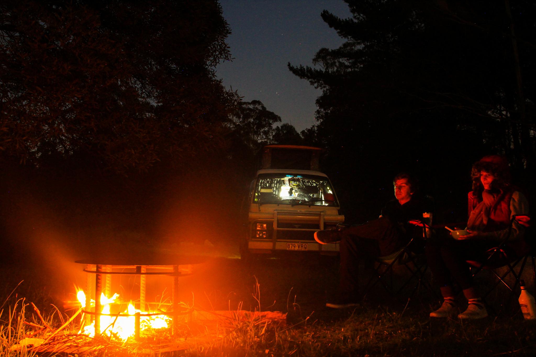 fogueira no acampamento na floresta