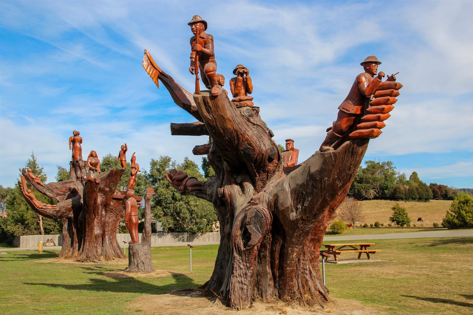 esculturas de madeiras em troncos de arvore em legerwood