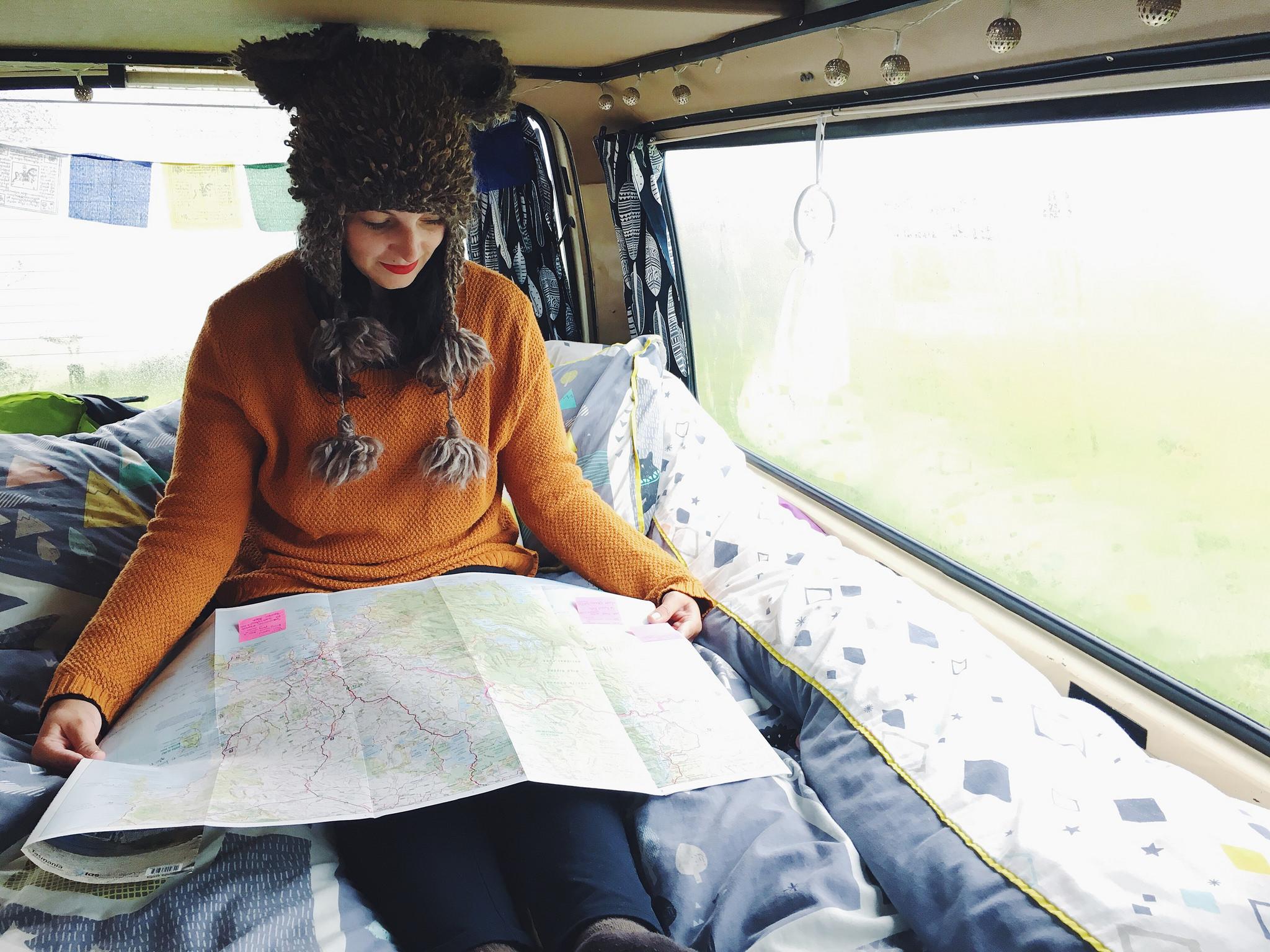 menina com mapa na mão
