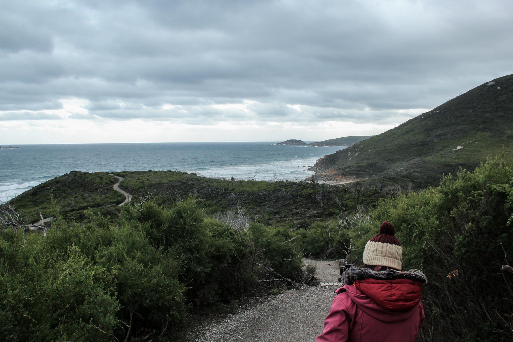 menina na trilha perto das montanhas