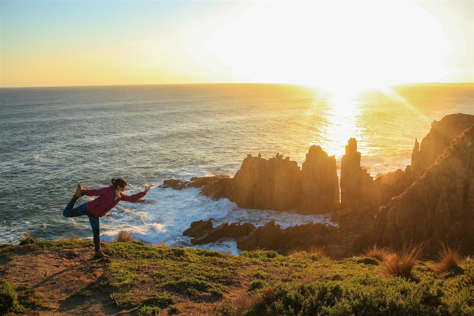 menina fazendo yoga na praia no por do sol