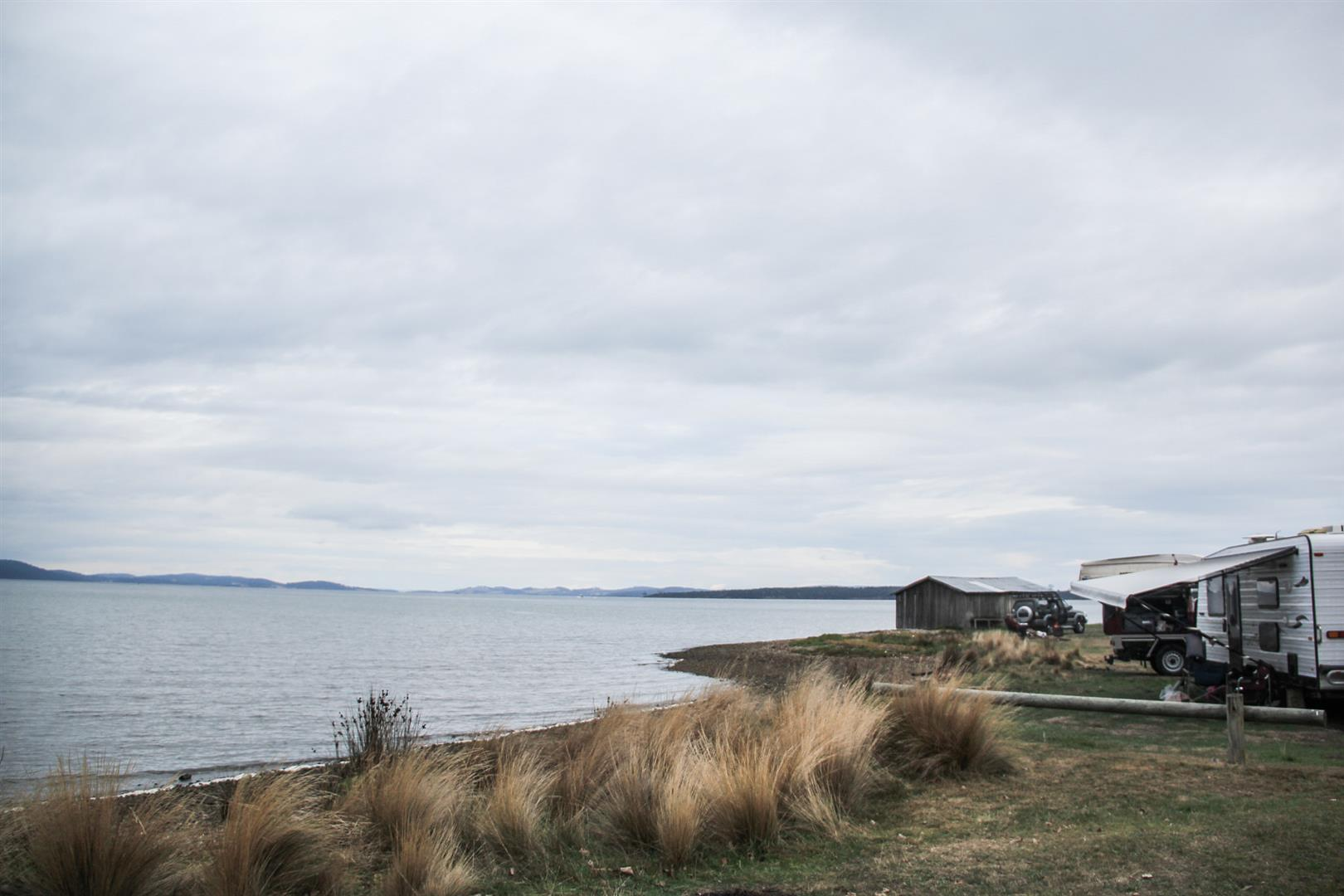 campo e lago em um dia nublado