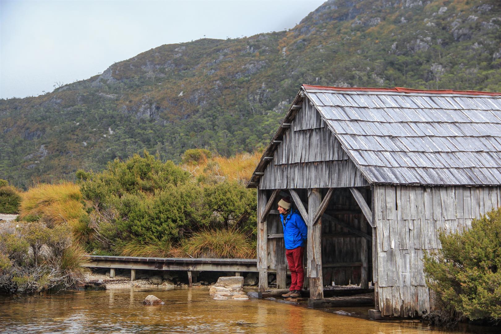 casinha de madeira em um lago