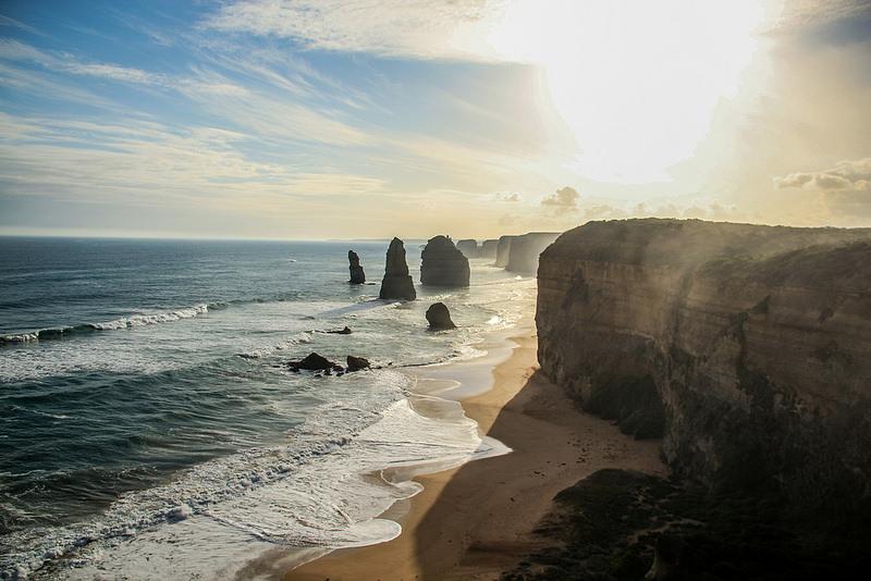 pedras surgindo do mar na costa