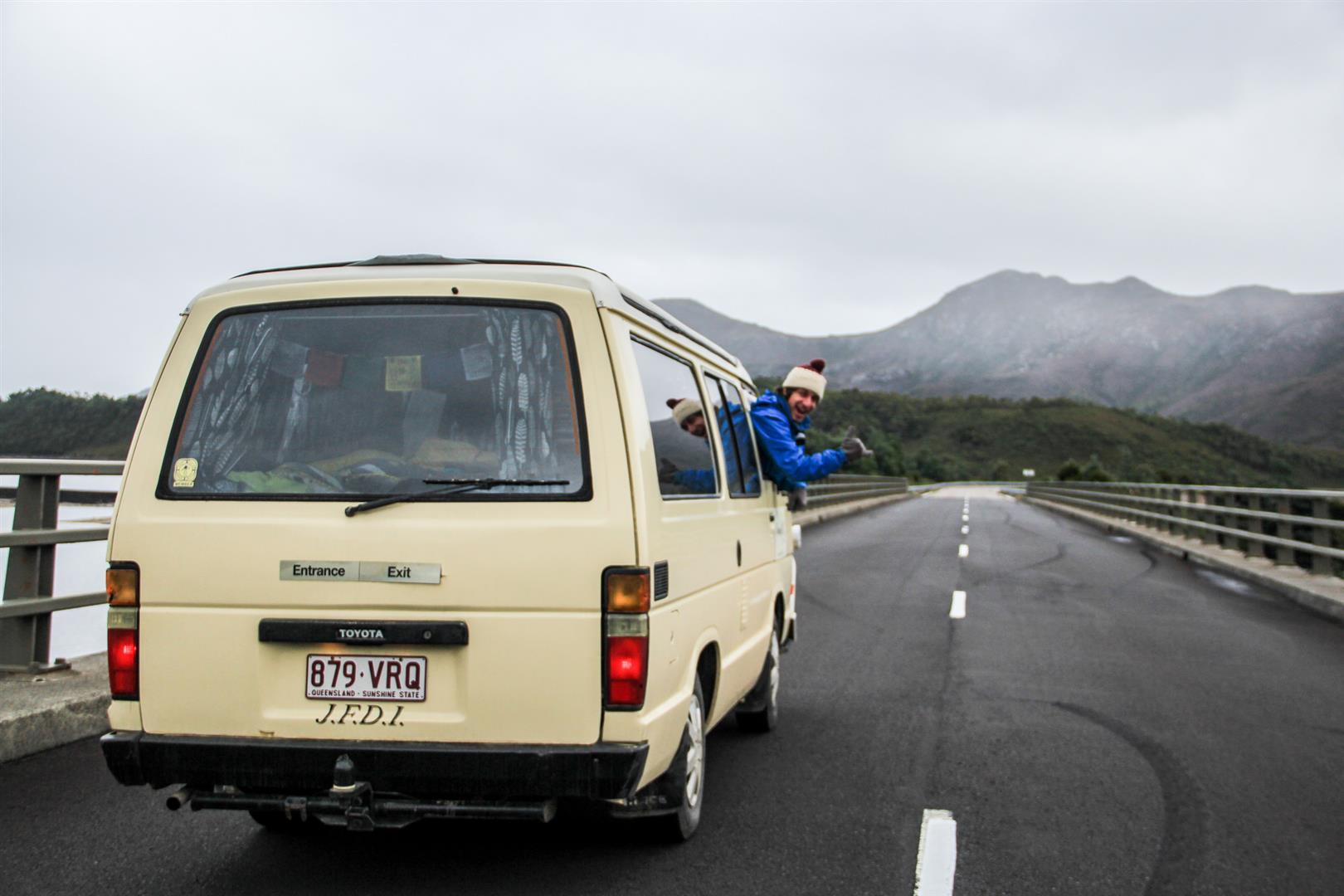 campervan em uma rodovia com montanhas