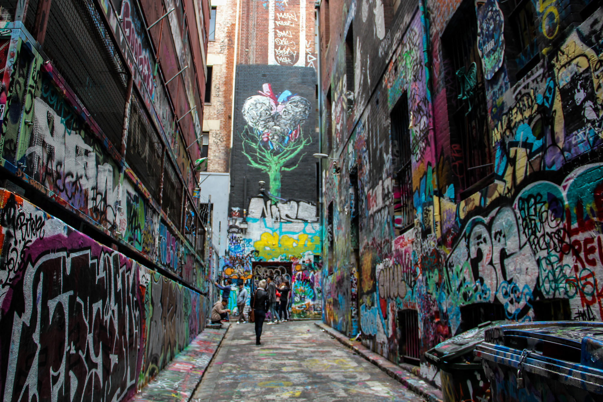 rua cheia de grafites