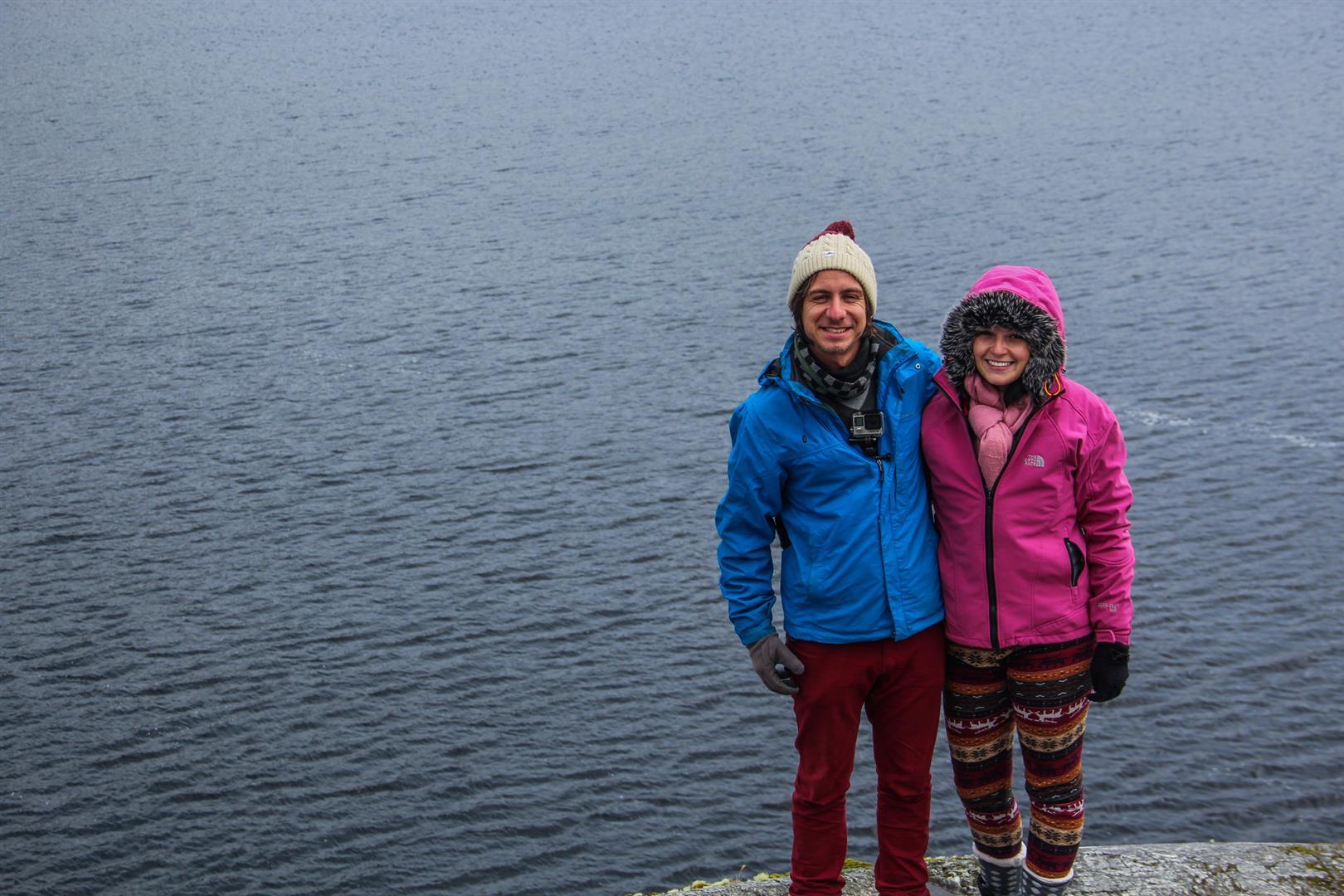 casal na frente de um lago
