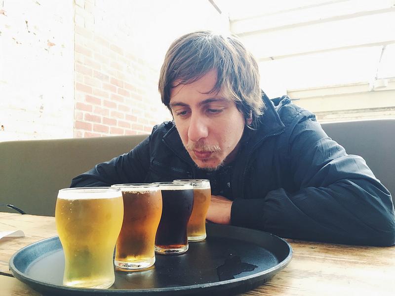 homem em degustação de cervejas