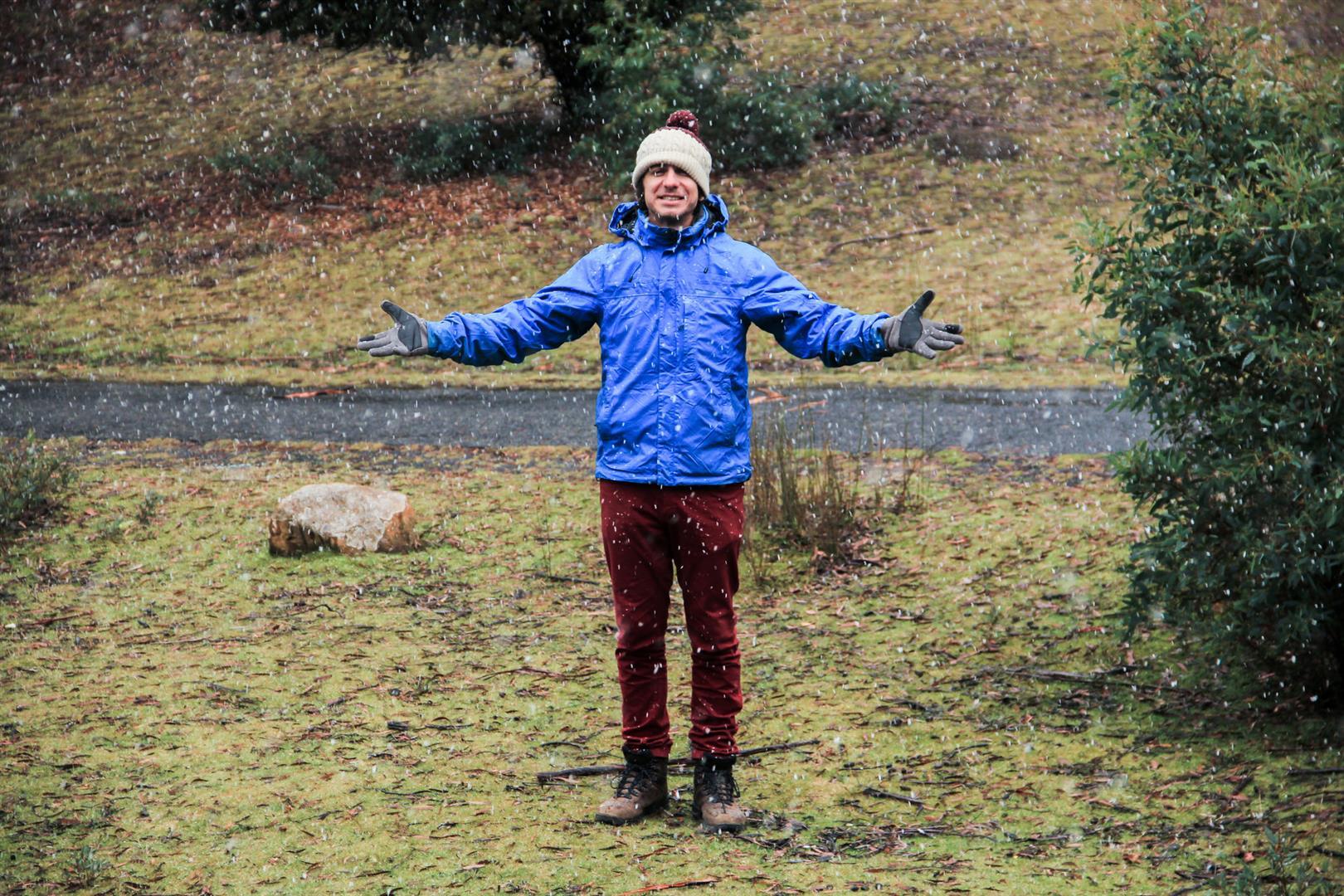 homem na neve na tasmania