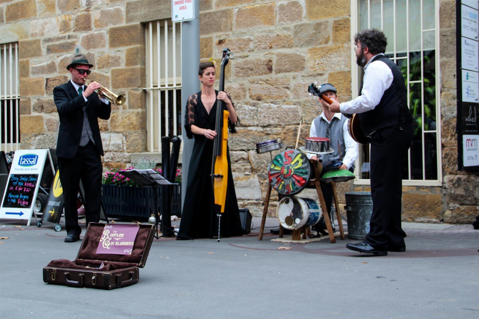 artistas tocando música na rua