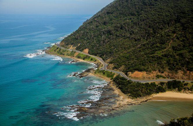 estrada ao lado do mar vista de cima