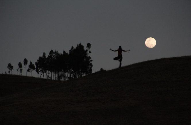 contraluz de yoga com a lua cheia