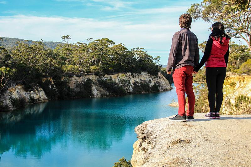 casal de mãos dadas em frente ao lago