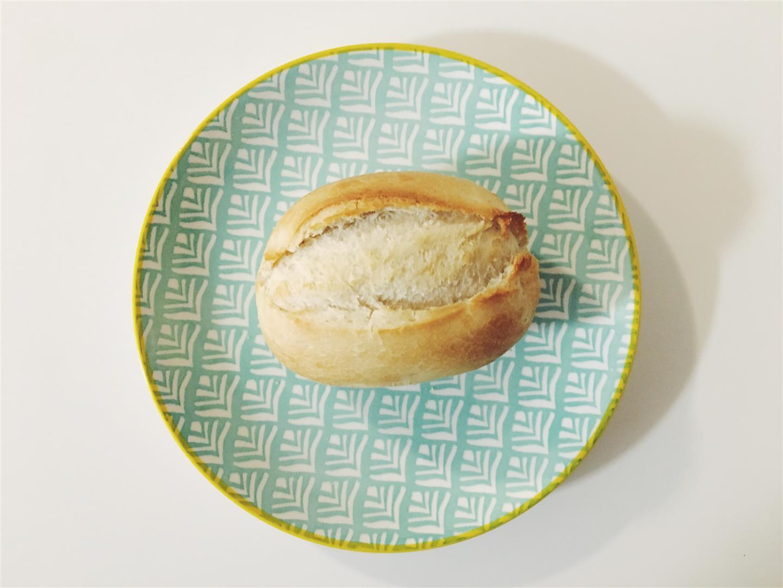 pão francês no prato azul