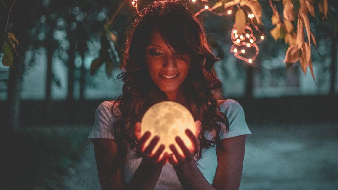 mulher-segurando-a-lua2