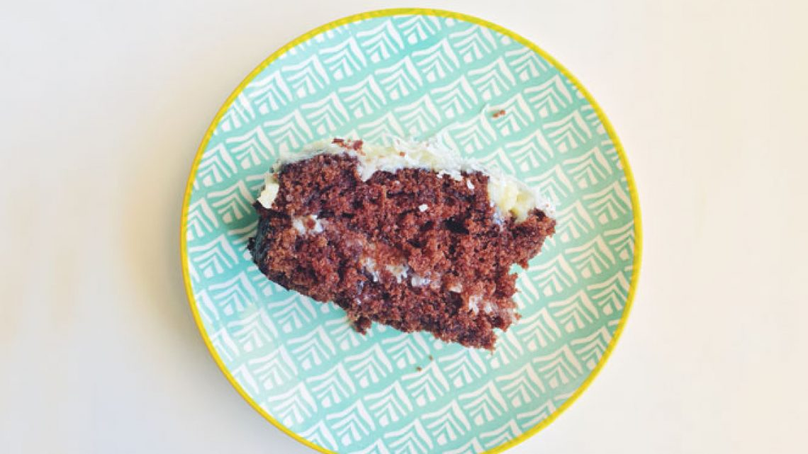 bolo de chocolate em um prato azul